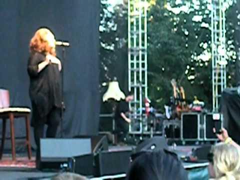 Adele - Hometown Glory (Live at McMenamins Edgefield - Portland, OR) (видео)