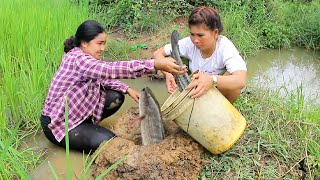 Battambang Cambodia  City pictures : Amazing Two girls Deep Hole Fishing - How To Fishing in Battambang - Cambodia Fishing (part 64)