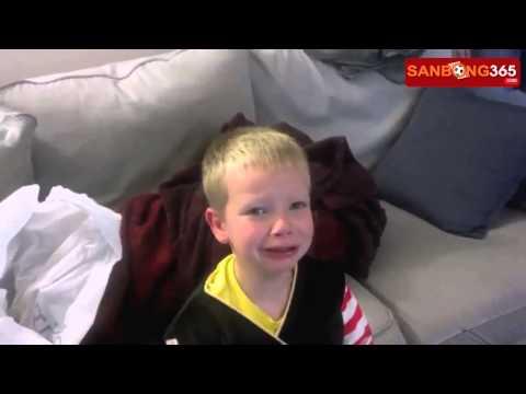 Phản ứng cực hài hước của trẻ em khi bị bố mẹ lừa lấy hết kẹo