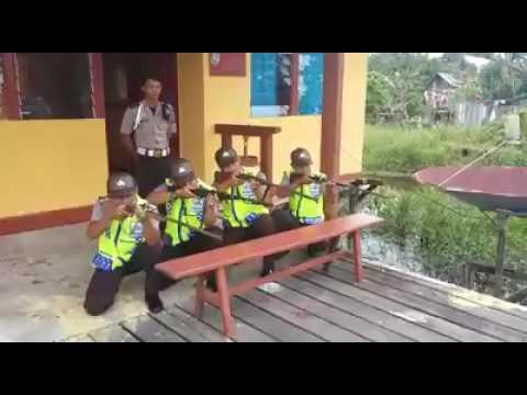 Poliisit ammuskelee