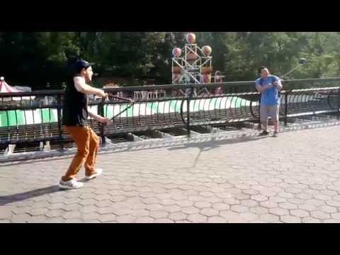 Блогер уничтожает селфи-палки туристов в Нью-Йорке