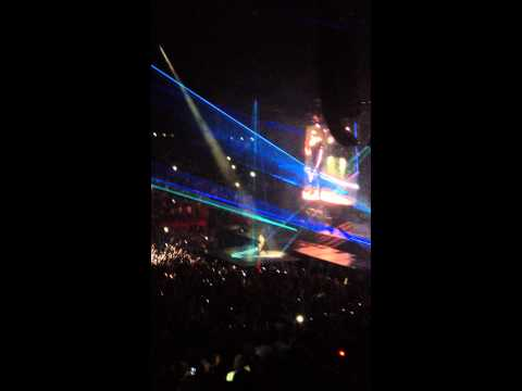 Kanye West Flashing Lights (Watch The Throne Paris 6/2/12)
