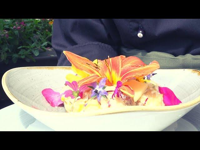 Blütenknödel (vegetarisch) an brauner Butter und Parmesan