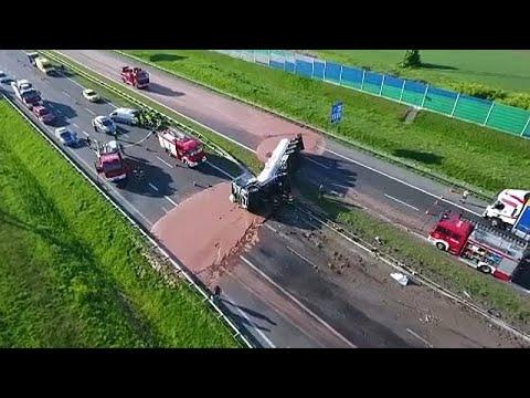 Φορτηγό ανετράπη, γεμίζοντας αυτοκινητόδρομο με… σοκολάτα