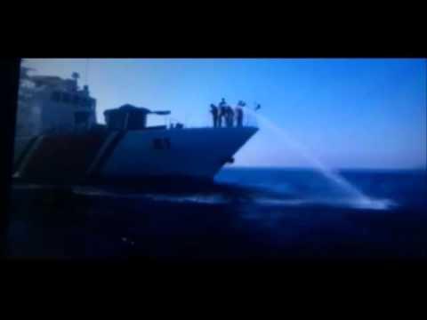 Η τουρκική ακτοφυλακή ρίχνει νερό με μάνικα κατά προσφύγων