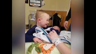 Chłopczyk z zespołem Downa pierwszy raz zobaczył swojego młodszego brata! Jego reakcja jest magiczna!