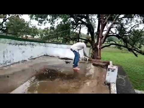 Video झाँसी के सरकारी बेसिक स्कूल की छत पर पानी भरने पर सफाई करते शिक्षक । download in MP3, 3GP, MP4, WEBM, AVI, FLV January 2017