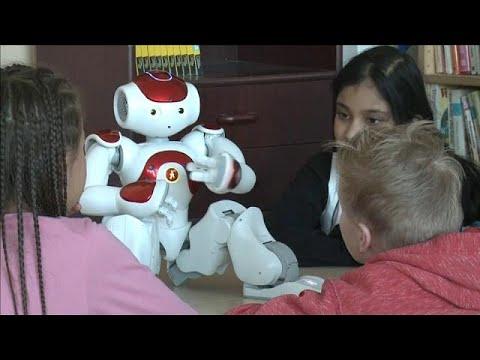 العرب اليوم - شاهد:روبوتات تعليمية في فنلندا تجيد أكثر من 23 لغة