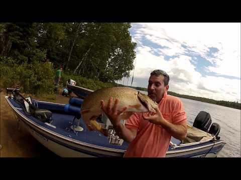 Pêche d'un brochet de 20 lbs dans la Réserve Faunique de la Vérendrye