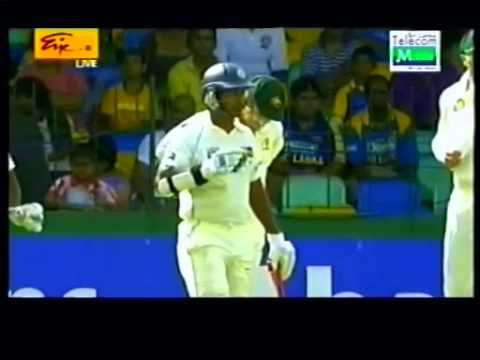 Mahela's low catch at Slip (B. McCallum stands his ground)