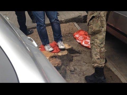Одесса : активист Евромайдана вытирает ноги