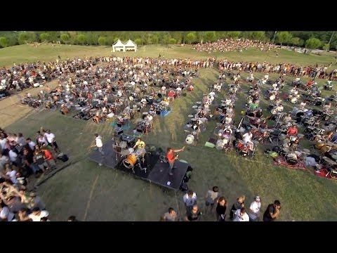 "Two years ago, 1000 people played ""Learn to Fly"" to convince Dave Grohl to play in their town"