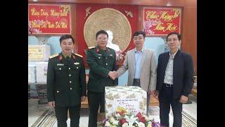Đồng chí Đào Ngọc Sơn - Chủ tịch MTTQ thành phố tặng quà các đơn vị trực Tết