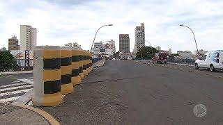 Alça de acesso do viaduto João Simonetti em Bauru continua interditada pela Secretaria de Obras