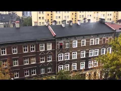 kaskader-maluje-okna-w-zabrzu