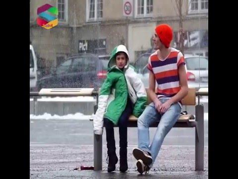 Otobüs durağında üşüyen çocuk