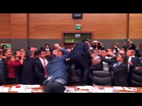 Έγινε (ξανά) ρινγκ το Τουρκικό Κοινοβούλιο
