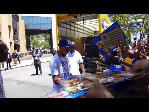 Golden State Warriors Stephen Curry signs autograph for his fans at Victory Parade ending, 6-12-2018