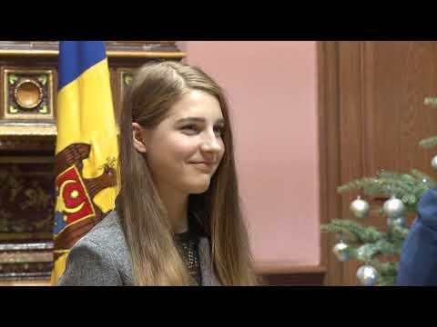 """Cîștigătoarea concursului """"Vocea României"""" a primit Diploma de Onoare din partea președintelui Republicii Moldova"""