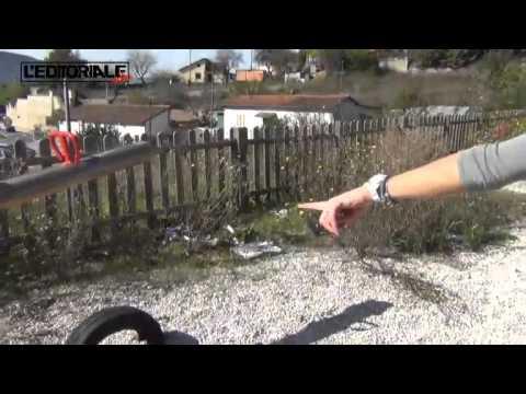 Parco giochi tra siringhe e sporcizia
