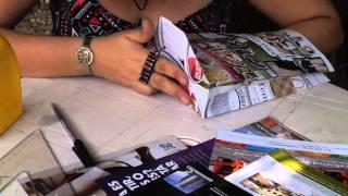 Bolsas recicladas hechas con revistas.