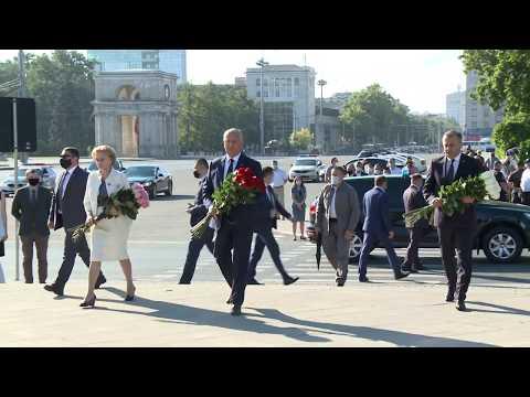 Conducerea de vârf a țării a depus flori la monumentul lui Ștefan cel Mare și Sfînt