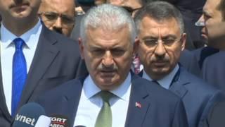 """Başbakan Binali Yıldırım, """"Benim çağrım, teenni ile hareket etmektir. İlişkilerin zarar görmesinin Almanya'ya da Türkiye'ye de yararı yok """" dedi.Cuma namazını Mamak Yeni Merkez Camii'nde kılan Başbakan Binali Yıldırım, namaz sonrası gazetecilerin sorularını cevapladı. Ege Denizi'nde merkez üssü Kos adası ve Datça açıkları olan, Türkiye'nin batı bölgesinde de hissedilen depreme ilişkin konuşan Yıldırım, """"Hemen valilik ile ve bölgeyle irtibata geçildi, bütün alanlar tarandı, şu ana kadar raporlanan bir can kaybı söz konusu değil. 354 vatandaşımızın kimisi panik kimisi korkuyla kimisinde ufak tefek sıyrıklar var, tedavilerini görüldü, şu anda hastanelerde 24 vatandaşımız var tedavileri devam eden. Bölgede devlet hastanemizin duvarlarında çatlaklar var. Tabii deniz seviyesi yükseldiği için bazı tekneler araya attı, onlarda hasarlar var. Ufak tefek hasarlar dışında çok şükür can kaybımız yok. Büyük bir deprem, İzmir de dahil hissedildi. AFAD ve ilgili kurumlar bölgeye intikal etti. Her ihtimale karşı orada hazır bulundular. İstanköy'de vatandaşlarımız var. İsveç uyruklu bir Türk vatandaşı. Oradaki tahliyeler için gerekli tedbirler alınıyor. Sıkıntımız yok"""" dedi.""""İLİŞKİLERİN ZARAR GÖRMESİNİN ALMANYA'YA DA TÜRKİYE'YE DE YARARI YOK""""'Almanya ile yaşanan gerilime' ilişkin soruya Yıldırım, """"Türkiye ile Almanya ezeli staratejik ortaktır. Almanya ile Birinci Dünya Savaşında beraber olduk. Bugün de hükümetimiz, Almanya'yı Avrupa'da stratejik ortak olarak görmeye devam ediyor. Zaman zaman iç siyasetten kaynaklanan mülahazalarla ilişkilerde gerginleşme olabiliyor. Benim çağrım, teenni ile hareket etmektir. İlişkilerin zarar görmesinin Almanya'ya da Türkiye'ye de yararı yok. Aramızdaki en büyük anlaşmazlıkların başında Almanya'da gerek PKK gerek FETÖ terör örgütünün sempatizanlarının, terör örgütü mensuplarının çok geniş alan bulması ve ülkemiz aleyhinde faaliyetlerini sürdürmesi. Bu konuda gerekli tedbirlerin alınmasını istiyoruz, bizim bu istediğimiz uluslararası hukukun gereği. Ü"""