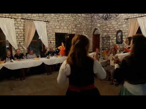 Zeri i Bilbilit Nata shqiptare me turista Italjan.