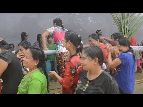 জলকেলি উৎসবে পর্যটকদের যোগদান