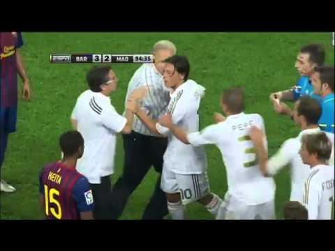 Mourinho Pulls Vilanova Ear  Marcelo hacks down Fabregas  Ozil Villa Red Card (видео)