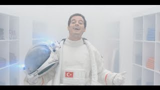 Alp Kırşan - DeFacto Reklamı - Defacto ile şimdi Ay'a gidip gelicem Sonra Mars'a!