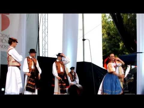 Folklorista M. Kisty na javisku pri tanci