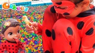 Julia Miraculous ladybug e baby alive ladybug na piscina de orbeez bolinhas totoykids