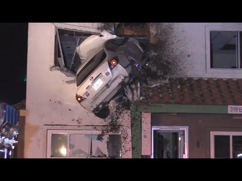 Santa Ana in Kalifornien: Auto fliegt durch die Luf ...