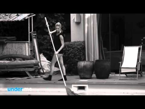 Bar Refaeli, entièrement nue, vous invite chez elle! (vidéo)