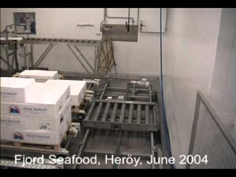 Stöflun á kössum á bretti í Fjord Seafood, Heröy