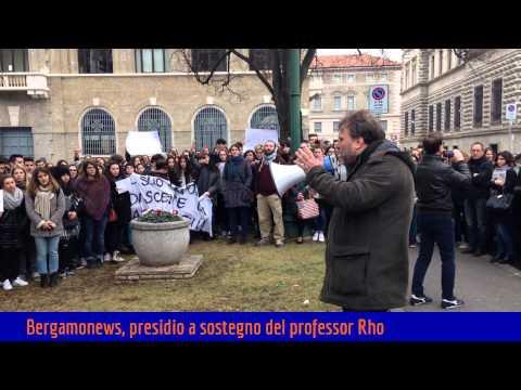 Quattrocento studenti in piazza per il professore licenziato per la pipì