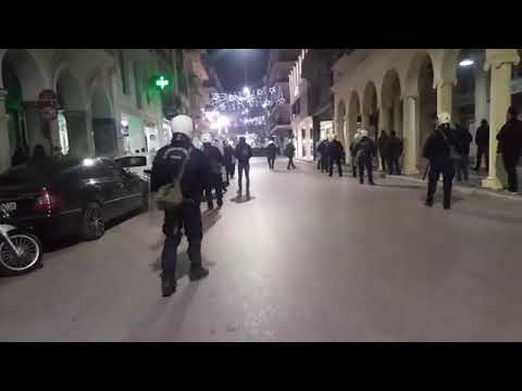 Video - Εξάρχεια: Άνδρας των ΜΑΤ... βουτάει και ρίχνει βίαια κάτω μια κοπέλα για να τη συλλάβει (vid)
