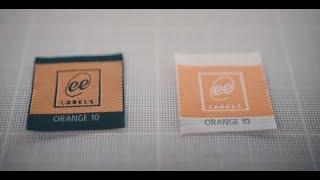 Der Unterschied bei dem gewebten Etikett, wenn es auf weiSser oder schwarzer Kette gewebt wird