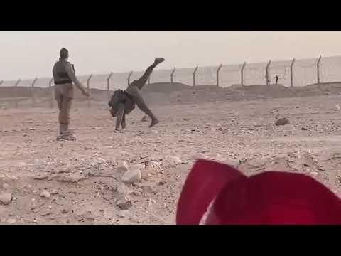 شاهد مجندتان إسرائيليتان ترقصان مع اثنين من الجنود المصريين على الحدود بين البلدين