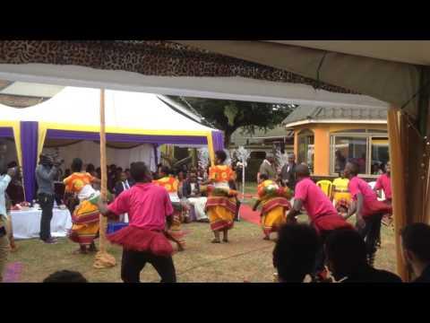Bu www.about-africa.com. Buganda traditional dance .