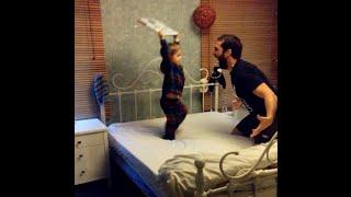 أب يعاقب ابنه على طريقة المصارعة الحرة