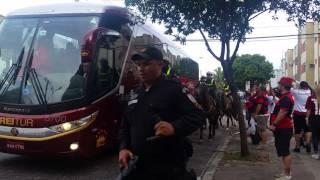 Grande aparato para a chegada do time do São Paulo na Ilha do Urubu. Esquema diferente do que geralmente acontece no Maracanã. Jogo pelo Brasileirão 2017, 2 de julho.