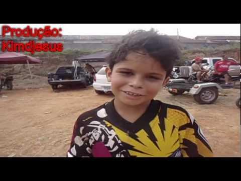 Kimdjesus, entrevistando o pequeno campeão Diogo piloto de Motocross em Queimados.