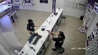 Napad z maczetą na sklep z telefonami – reakcja sprzedawcy bezcenna !