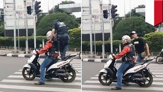 Video Video lucu motor diinjak dan dimarahi operator karena melanggar lalu lintas - TomoNews MP3, 3GP, MP4, WEBM, AVI, FLV Oktober 2018