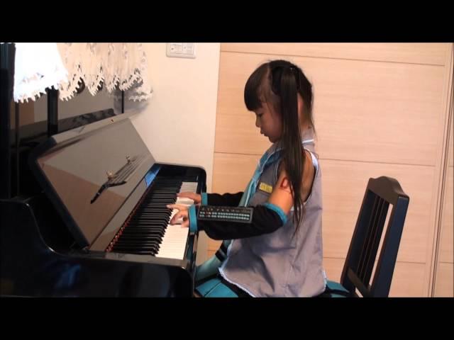 Cô bé trong trang phục cosplay miku đánh đàn bài Senbonzakura cực hay