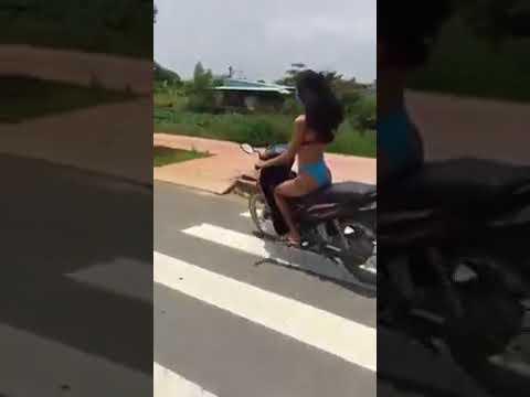 Hotgirl mặc bikini chạy xe trên phố bị ghẹo nè bà con