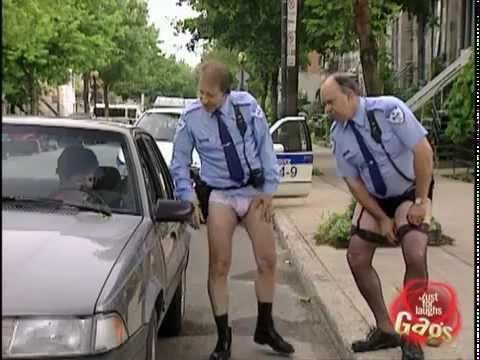 Broma de los policías en lencería