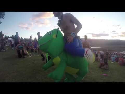 Le costume de dinosaure gonflable en plein festival